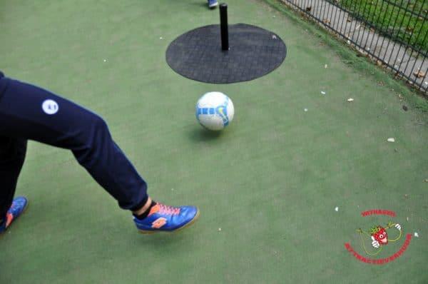 voetbalspel met paaltjes