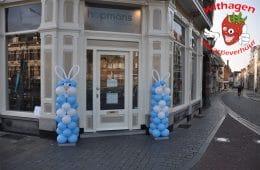 Paashaas van ballonnen voor winkel