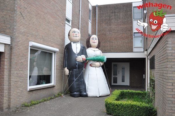 Bruidspaar voor huis