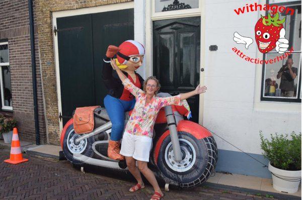 vrouwelijke verjaardagspop op motor